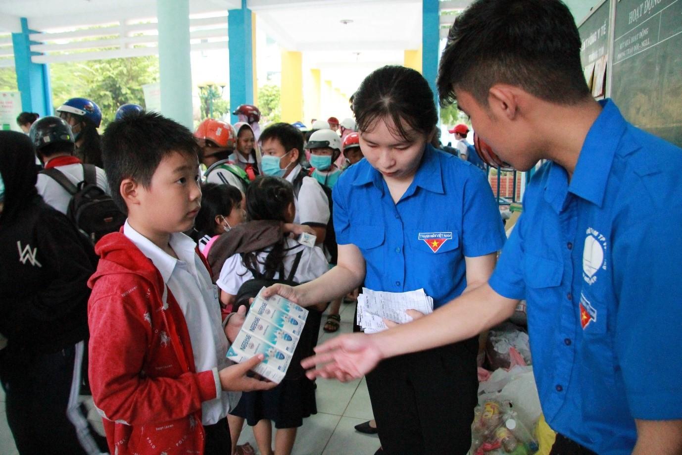 Ảnh 4: Đoàn viên xã Long Sơn hỗ trợ và triển khai ngày hội Đổi rác lấy quà trên điện thoại