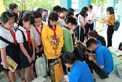 Ảnh 2: Học sinh, phụ huynh  xếp hàng giao rác tái chế cho Đoàn viên và giáo viên.